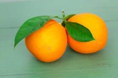 2 больших апельсина с листьями Стоковые Изображения