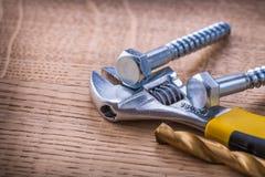 2 больших винта регулируемый ключ и сверло дальше Стоковое Изображение