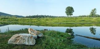 2 больших камня на банке тихого реки Стоковое Изображение RF