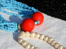 2 больших красных шарика в драгоценном винтажном ожерелье стиля Стоковое Изображение RF