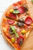 2 больших куска пиццы с сыром, грибами и салями на b Стоковое фото RF