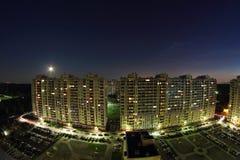 2 больших многоквартирного дома на ноче Стоковое Изображение RF