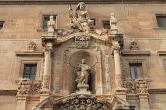 2 больших скульптуры украшают старое здание Стоковые Изображения