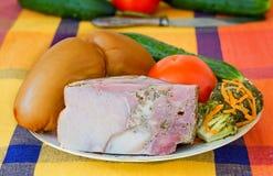 2 больших сосиски и овоща на белом блюде Стоковое Фото