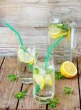 2 больших стекла холодного лимонада с льдом, лимоном, листьями мяты Стоковые Фотографии RF