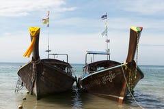 2 больших традиционных тайских шлюпки с красочными лентами и флагами ТАИЛАНД KRABI Стоковое фото RF