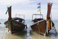 2 больших традиционных тайских шлюпки с красочными лентами и флагами ТАИЛАНД KRABI Стоковые Изображения