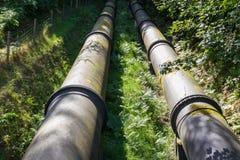 2 больших черных трубы водопровода, сходясь в расстоянии Стоковые Фотографии RF