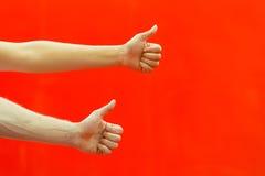 2 большого пальца руки рук вверх Стоковая Фотография