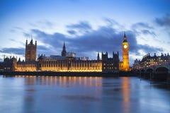 Большое Бен и парламент Великобритании в ландшафте захода солнца фантазии Стоковая Фотография RF
