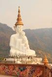 5 большое белое Buddhas на виске phasornkaew Wat, взгляде a Beaut стоковое фото