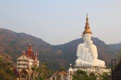 5 большое белое Buddhas на виске phasornkaew Wat, взгляде a Beauti стоковое изображение