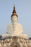 5 большое белое Buddhas на виске phasornkaew Wat, взгляде a Beauti стоковые фотографии rf