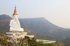 5 большое белое Buddhas на виске phasornkaew Wat, взгляде a Beauti стоковые изображения