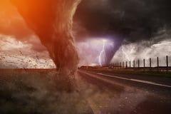 Большое бедствие торнадо на дороге Стоковая Фотография