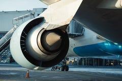 Большое восхождение на борт самолета на международном аэропорте Стоковое фото RF