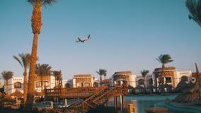 Большое летание пассажирского самолета в небе над гостиницами в Египте акции видеоматериалы