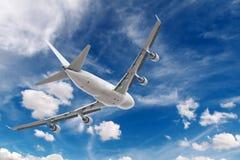 большое летание реактивного самолета стоковое фото rf