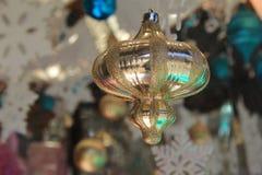 Большое золото, голубые и белые орнаменты и снежинки в окне Стоковые Изображения