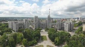 Большое здание перед зеленым парком акции видеоматериалы