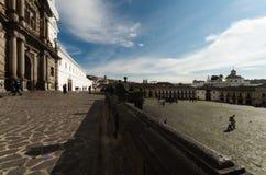 Большое историческое место в середине города с входом церков белым и слитая синь Стоковое Изображение RF