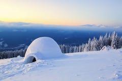 Большое круглое иглу стоит на горах Стоковая Фотография