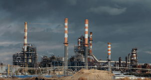 Большое нефтеперерабатывающее предприятие с стогами дыма видеоматериал