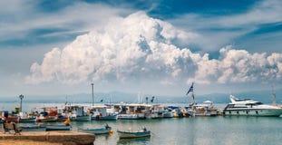 Большое облако над шлюпками, яхтами и Эгейским морем, Грецией Стоковые Фото