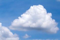 Большое облако с голубым небом Стоковые Изображения