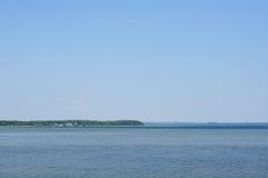 Большое озеро под голубым небом Стоковая Фотография