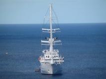 Большое парусное судно ставя на якорь в заливе Лорд-адмирала Стоковое Изображение