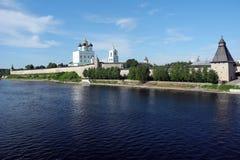 Большое река, собор святой троицы в Пскове Krom Стоковые Изображения