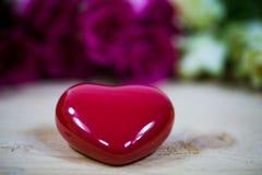 Большое сердце на деревянной предпосылке Стоковое Изображение RF