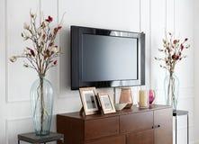 Большое современное ТВ на белой стене в интерьере комнаты Стоковые Изображения RF