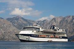 Большое созвездие знаменитости туристического судна в заливе Boka Kotorsky Черногория Стоковое Фото