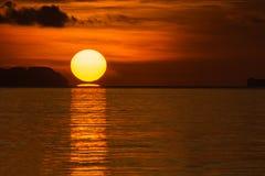 Большое солнце на восходе солнца Стоковое Изображение