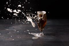 Большое стекло пива вполне с коричневым элем и с белой пеной blowed прочь на темной каменной предпосылке Напиток спирта стоковые фото