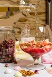 Большое стекло семьи с sangria лета плодоовощ, партией Стоковая Фотография RF