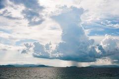 Большое темное высокорослое дождевое облако над морем Стоковое Изображение
