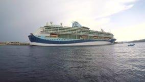 Большое туристическое судно в гавани Palamos в открытие Испании, Tui, 19-ое мая 2017 Испания сток-видео