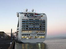 Большое туристическое судно принцессы кроны круизной линии состыковало на пристани Стоковые Изображения RF