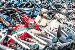 Большое число мотовелосипедов на зоне стоянкы автомобилей. Стоковое Изображение