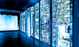 Большое datacenter с соединенными серверами и кабелями интернета Стоковая Фотография
