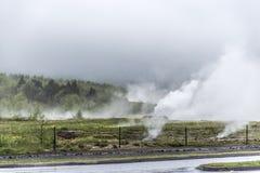 Большое Geysir Strokkur в геологии тумана Исландии горячей Стоковое фото RF