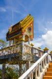 Большое pavilon с алтаром с статуей золотого Будды в пантеоне Стоковые Изображения RF