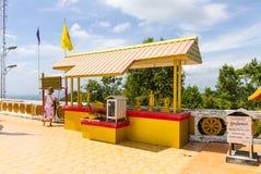Большое pavilon с алтаром с статуей золотого Будды в пантеоне Стоковые Фото