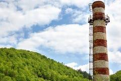 Большое striped печная труба-черенок с лестницей металла Стоковые Фотографии RF