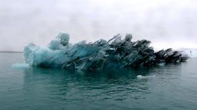 Большой айсберг в лагуне Jokulsarlon ледниковой, Исландии Стоковая Фотография
