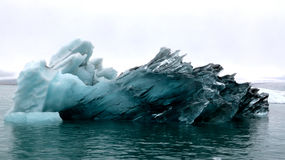 Большой айсберг в лагуне Jokulsarlon ледниковой, Исландии Стоковые Фотографии RF