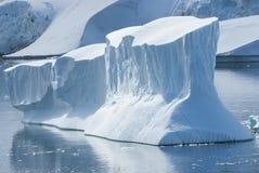Большой айсберг в проливе между островами с западного coa Стоковая Фотография RF